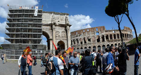 Unemployed Italians stage Colosseum protest