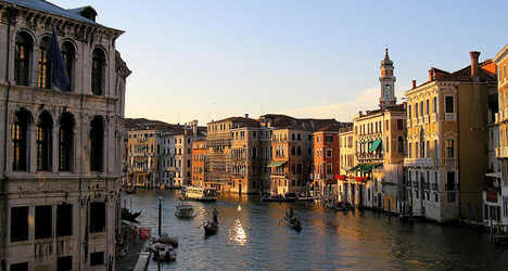 Tourism pushes Venice to 'tipping point'