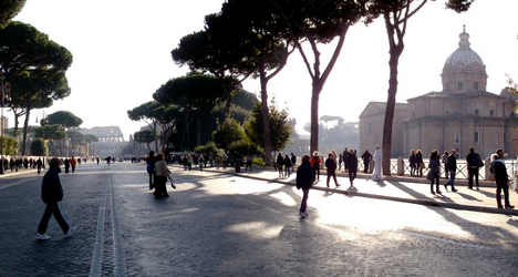 Rome tourist harassed to pay human statue