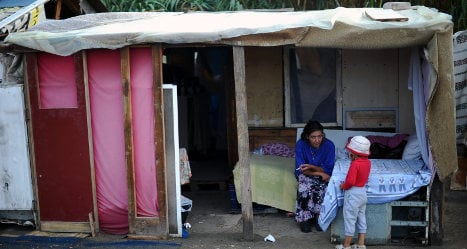 Naples residents 'hurl fireworks' at Roma camp