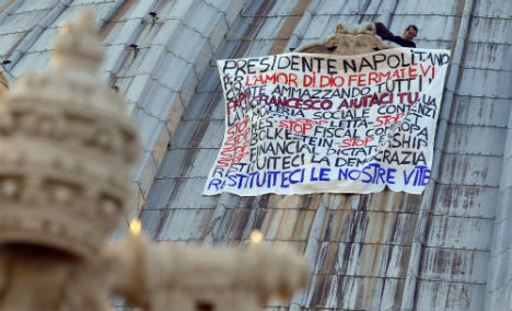 Man stages debt protest on dome of St.Peter's
