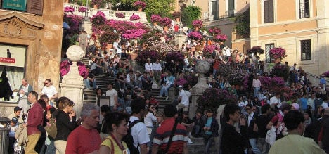 Hawkers attack US police officer on Spanish Steps