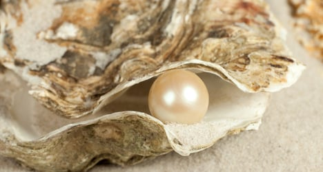 Italian diner finds five pearls in oyster