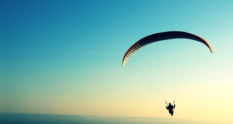 Italian paraglider saved from electricity cables