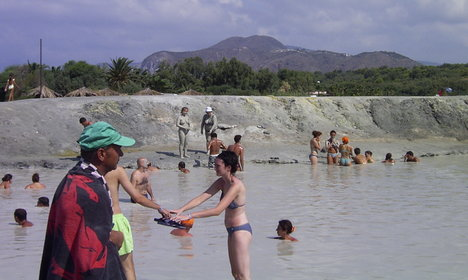 Poisionous gas threatens swimmers on Vulcano