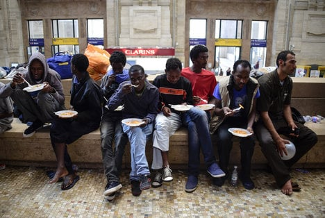 Station chaos deepens Italy migrant crisis