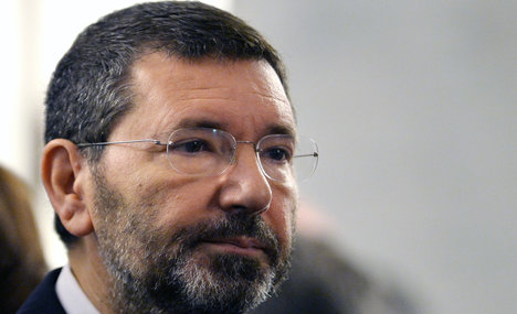 Rome mayor fights for survival amid chaos