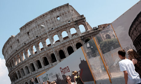 Naked Aussie wanted for Colosseum handstand