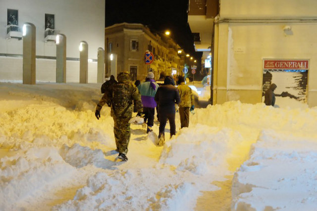 Italy sends in the army to assist Italians trapped by snow