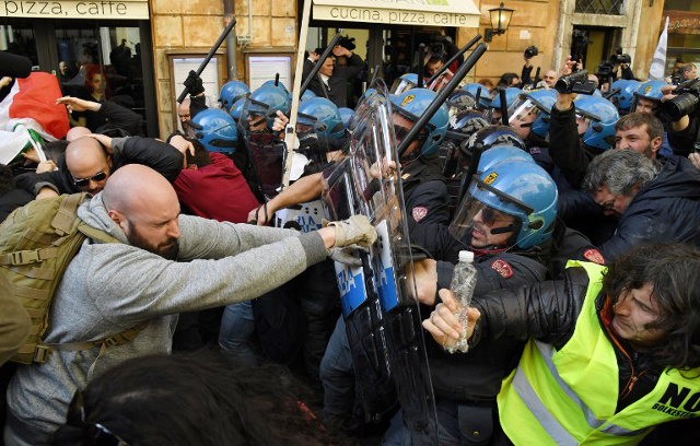 Traffic chaos and violence as Italian taxi protest rumbles on