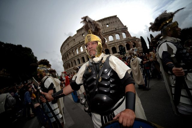 Rome 'gladiators' fined €800 for charging tourists for photos