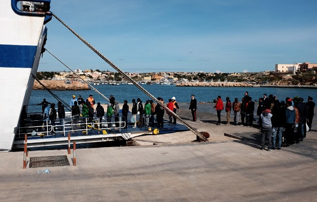 Over 100 rescued migrants arrive in Lampedusa after turbulent journey