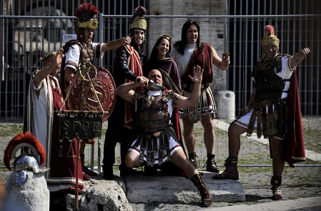 Rome's costumed 'gladiators' are now allowed back to tourist spots