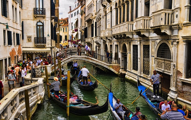 Venice introduces radical measures to crack down on tourist numbers