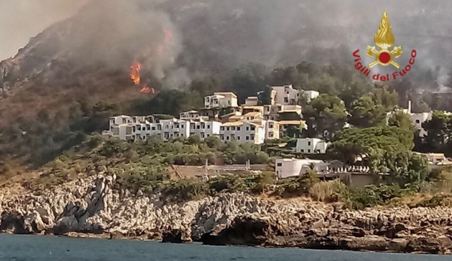 1,000 tourists evacuated from Sicily village due to wildfire