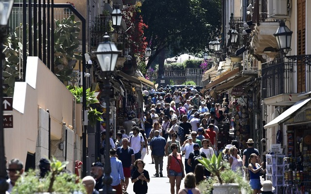 Sicily town banishes pushy waiters from the pavement