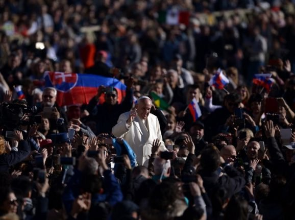 Pope urges faithful to stop taking snaps at mass