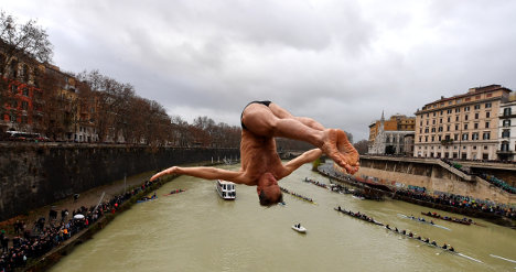 Romans brave chilly Tiber for New Year plunge