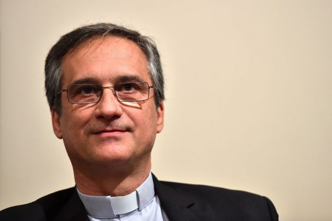 Vatican communications chief quits over 'lettergate'