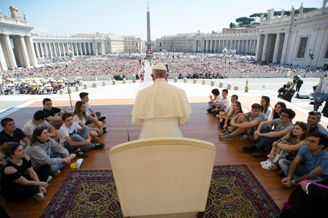 Pope gives out 3,000 ice creams to Rome's poor and homeless