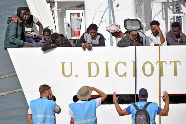 Italian ship brings more than 900 rescued migrants to Sicily