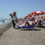 Beachgoers in Italy to be fined up to €7,000 for buying counterfeit goods from illegal vendors