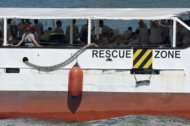 For the first time, Italy prevents a private Italian ship from docking with rescued migrants
