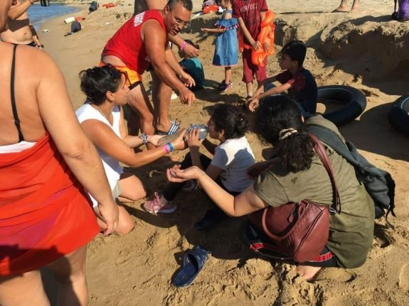 Tourists and locals help rescue migrants on Italian beach