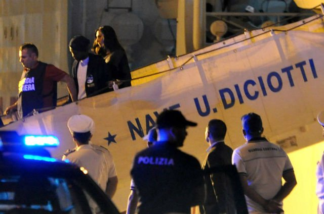 Italy threatens to send stranded migrants 'back to Libya'
