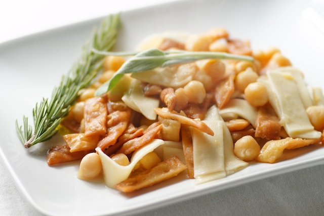 How to make pasta with chickpeas, a dish fit for the Romans