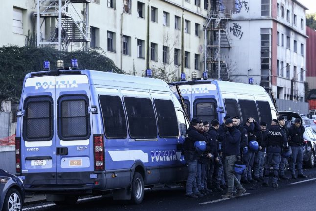Rome residents join neo-fascists in racist attack on Roma community