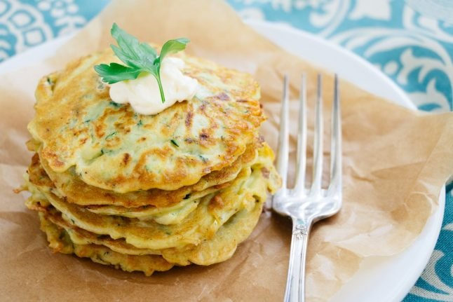 How to make courgette pancakes with cream sauce and tiger prawns