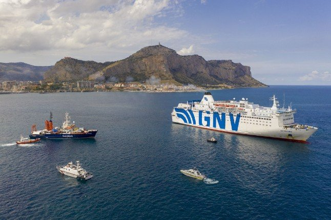 Activists accuse Italy of halting ship rescue mission