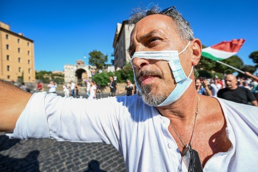 Small anti-face mask demo takes place in Rome